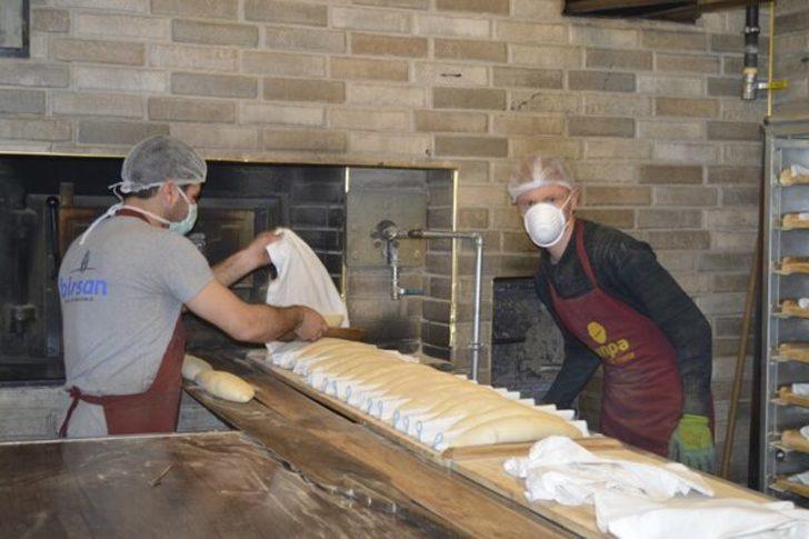 Fırıncıdan koronavirüs nedeniyle ihtiyaç sahiplerine ücretsiz ekmek
