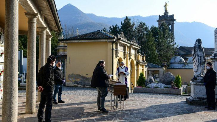 Koronavirüs: İtalya'da kasaba halkının kendisi için aldığı solunum cihazını bir genç hastaya veren rahip öldü