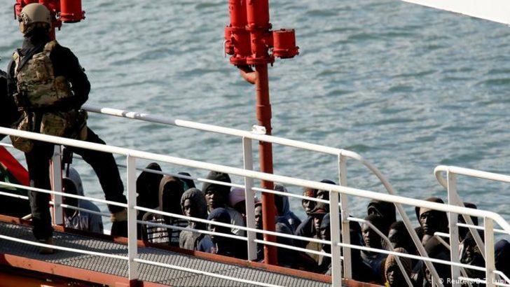 Ege'de 190 kişiyi taşıyan tanker karaya oturdu