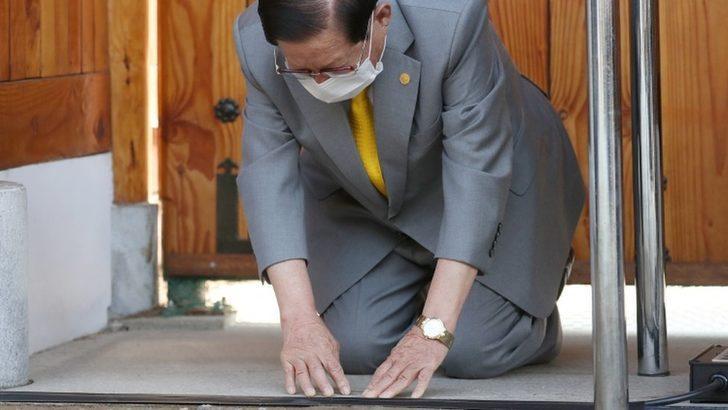 Koronavirüs (Covid-19): Güney Koreli tarikat lideri virüsün yayılmasından dolayı diz çökerek özür diledi