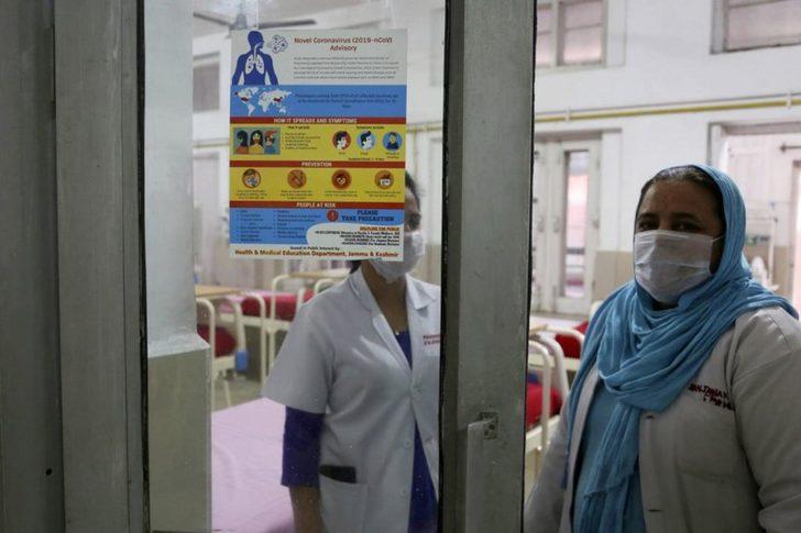 """Hindistan'da sağlık çalışanlarına """"koronavirüs damgası"""": Hastalık yayar diye evden atılan doktorlar sokakta kalıyor"""
