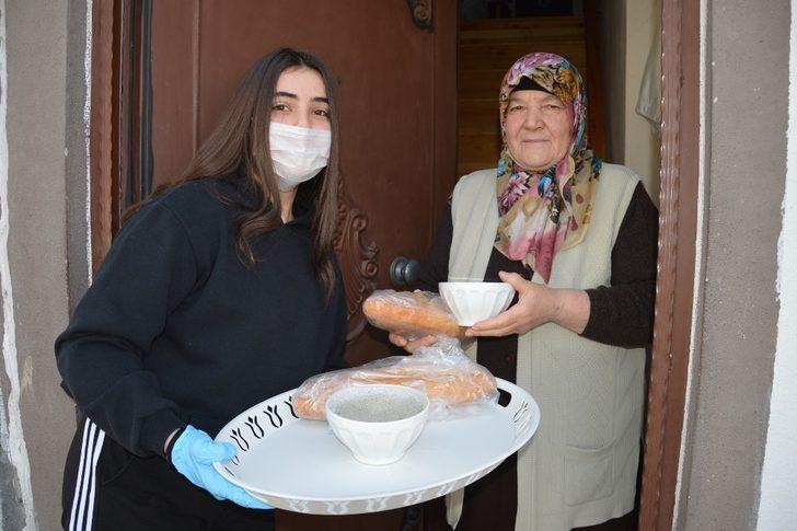 Yaşlılara çorba yapıp, kapı kapı dağıttı.