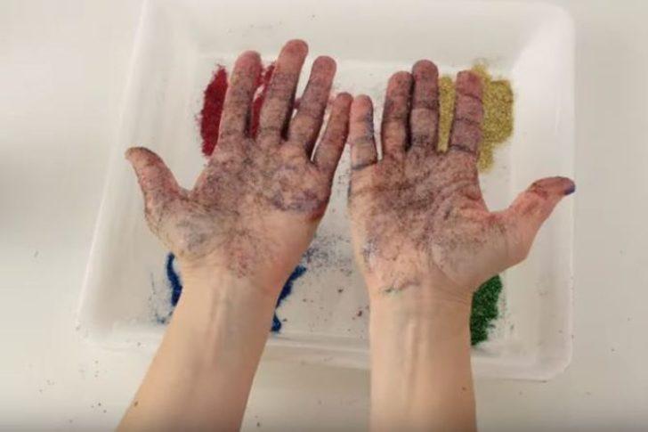 Elleri yıkamanın önemini anlatmak için karabiber ve parlak sim deneyi ilgi gördü