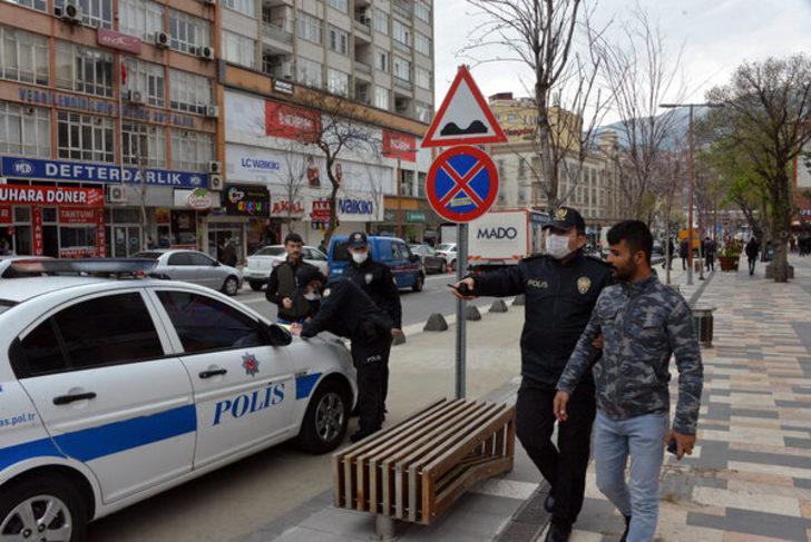 Uyarıya rağmen bankta yan yana oturmaya devam eden 2 kardeşe para cezası kesildi! Olayı görüntüleyince gözaltına alındı