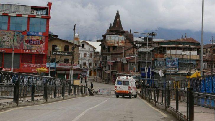 Koronavirüs - Hindistan'da köyüne dönmek isteyen adam ambulansa binip ölü taklidi yaptı