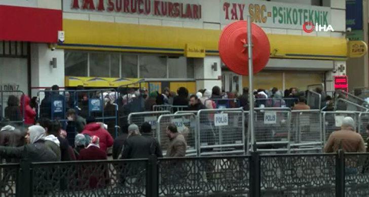 İstanbul Esenyurt'ta kapalı şube önünde yardım kuyruğu! Akın ettiler
