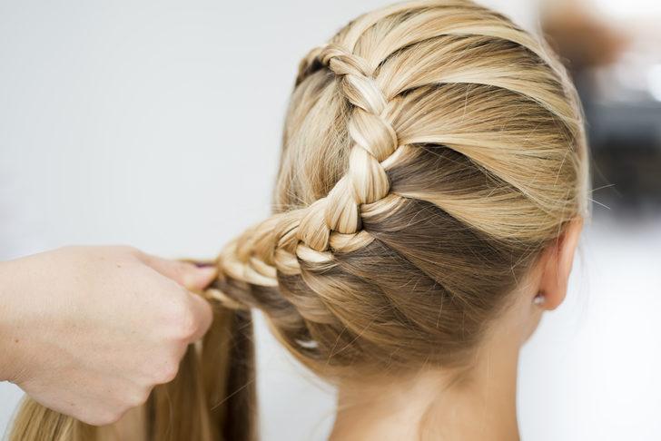 En pratik yöntemlerle, en moda örgü saç modelleri!