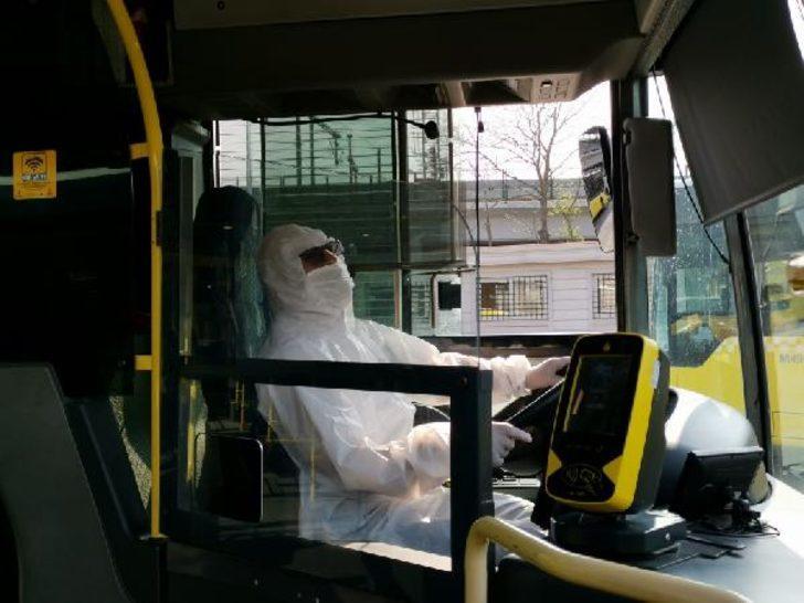 Metrobüs şoförleri koronavirüse karşı koruyucu tulum giydi
