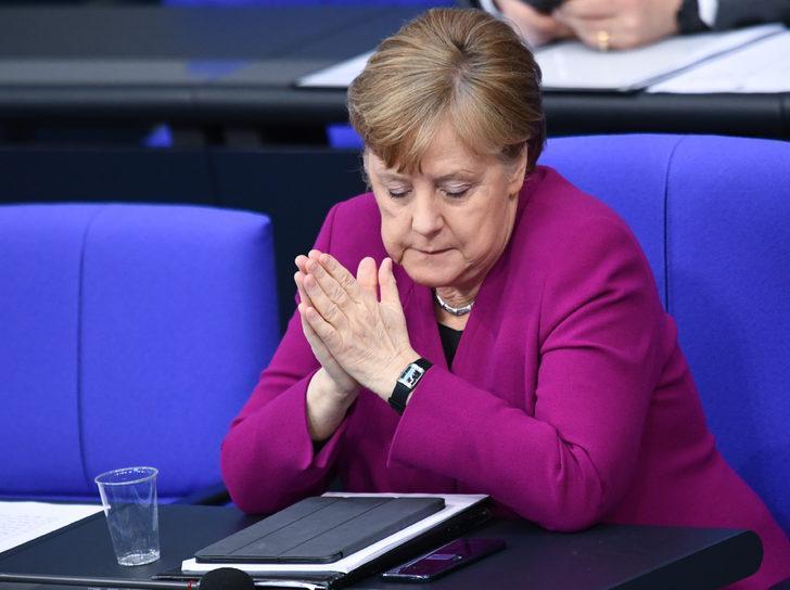 Merkel: Salgınla uzun süre yaşamak zorunda kalacağız