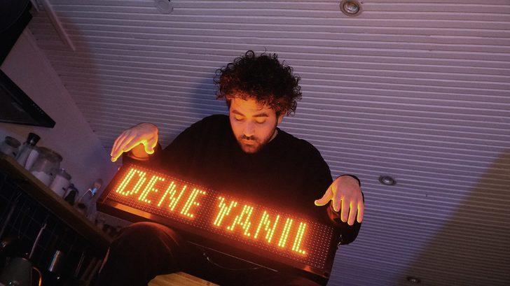 Türkçe elektronik müziğin ilk temsilcilerinden Emir Yargın evde klip çekti