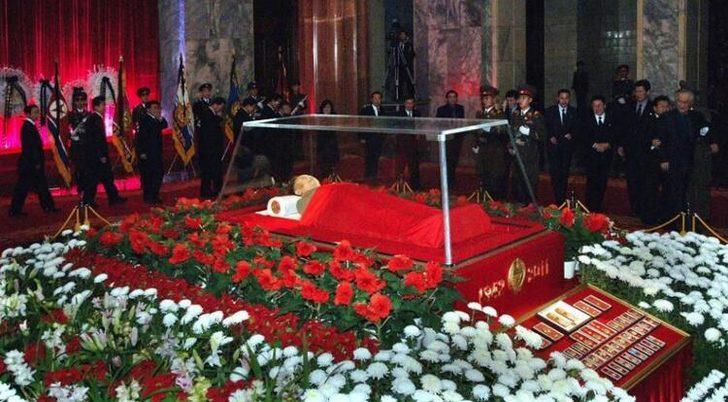 Kim Jong Un tabutta! Görüntü ortaya çıktı, yer yerinden oynadı
