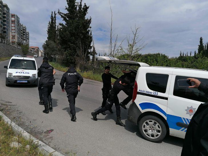 Sokağa çıkma kısıtlamasını ihlal etti, yakalanınca polisi yumrukladı