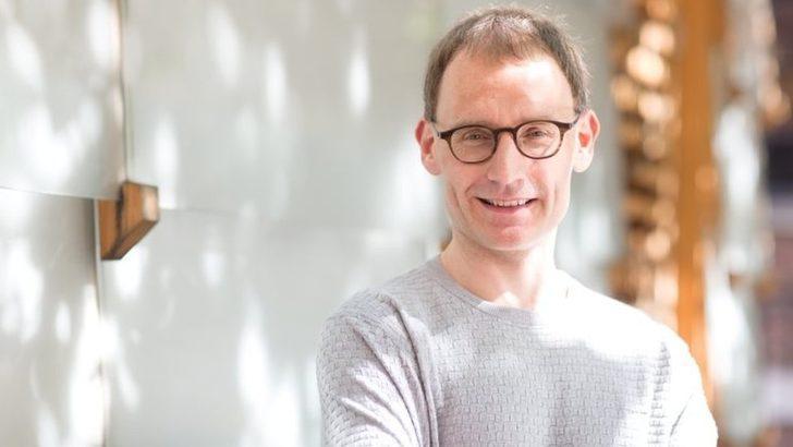 Sosyal mesafe kuralını ihlal eden İngiltere hükümetinin koronavirüs danışmanı istifa etti