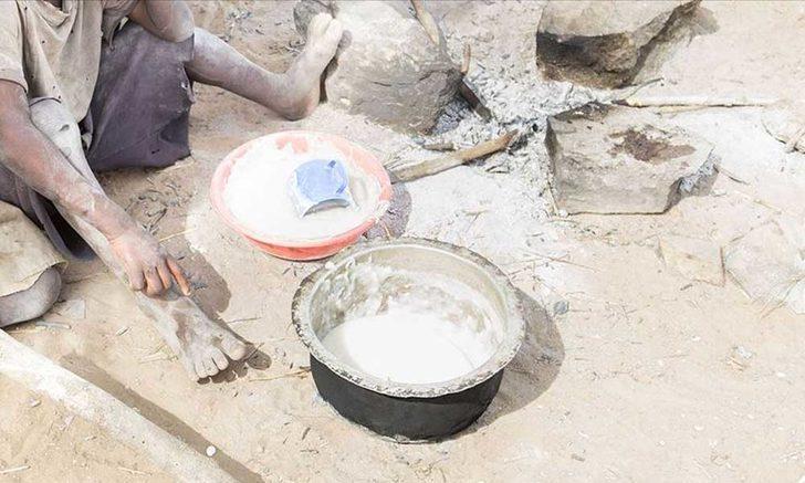Parasız olan 8 çocuk annesi aç çocuklarını doyurmak için taş pişirmek zorunda kaldı