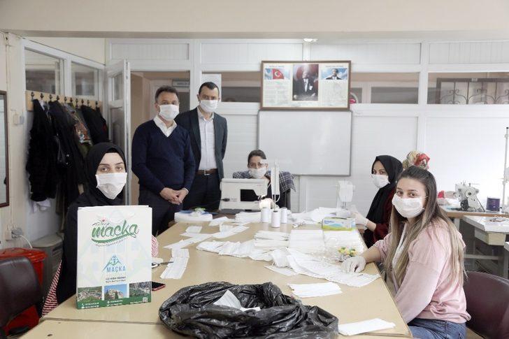 Başkan Koçhan'dan ilçe sakinlerine maskeli hediye paketi