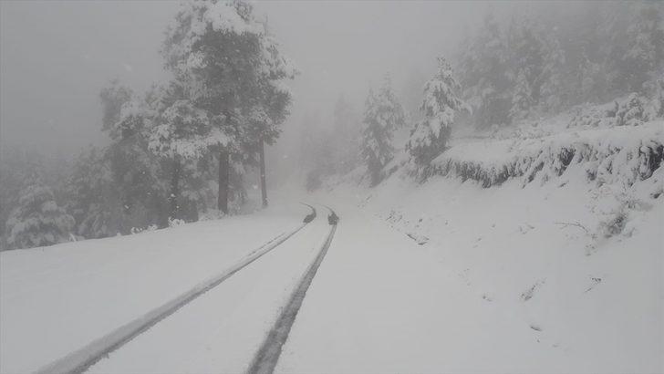 Erzurum'da mayıs ayında karla mücadele! Yollar kapandı