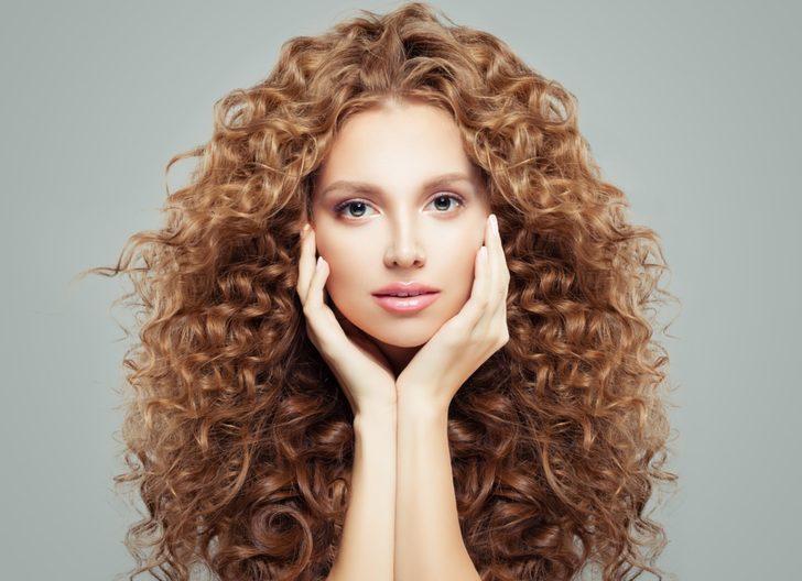 Evde 5 dakikada yapabileceğiniz alımlı saç modelleri! Kuaföre gitmeye gerek yok...