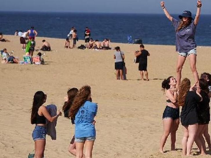 ABD'liler koronavirüse aldırmayıp sahile akın etti