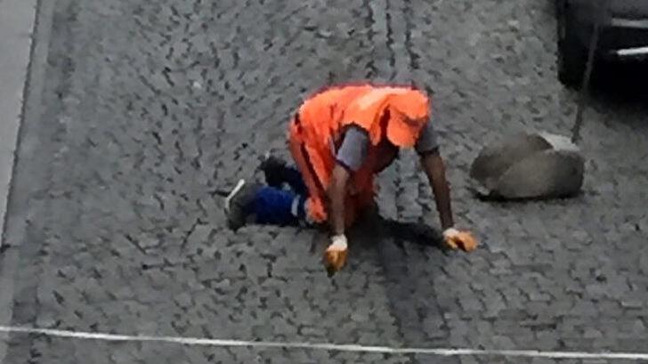 Zeytinburnu'ndaki görüntü sosyal medyada olay oldu! Temizlik görevlisi kaldırım taşları arasındaki izmaritleri elleriyle topladı
