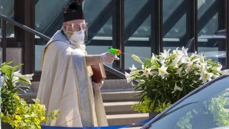 ABD'de su tabancasıyla 'kutsal su' sıkan rahip viral oldu