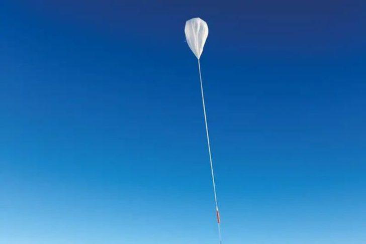 Balona monte edilmiş ANITA deneyi, bir milyon metrekareden daha büyük olan Antarktika buzullarındaki kozmik ışınlardan gelen sinyallerini inceliyor.