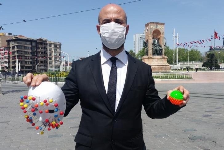 """Taksim'de """"virüs adam""""dan ilginç farkındalık"""