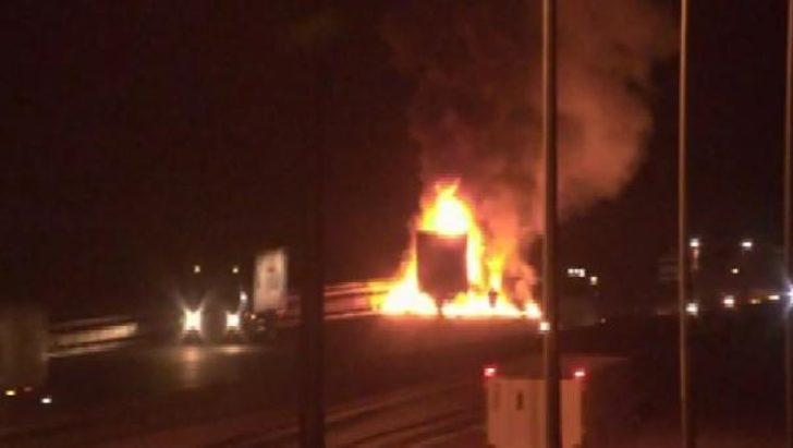 Beykoz'da Kuzey Marmara Otoyolu'nda TIR alev alev yandı