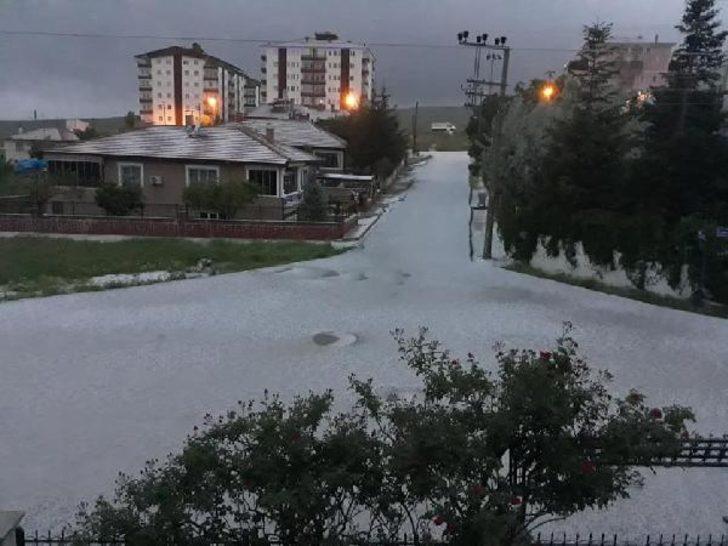 Ankara'da cadde ve sokaklar beyaza büründü