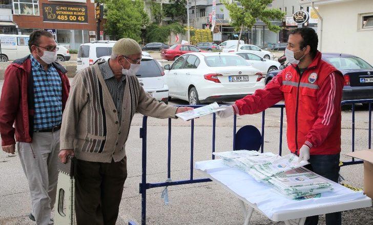 Gölbaşı Belediyesinden vatandaşlara tek kullanımlık seccade dağıtımı