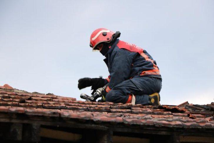 Sakarya'da itfaiyeden çatıda kedi operasyonu