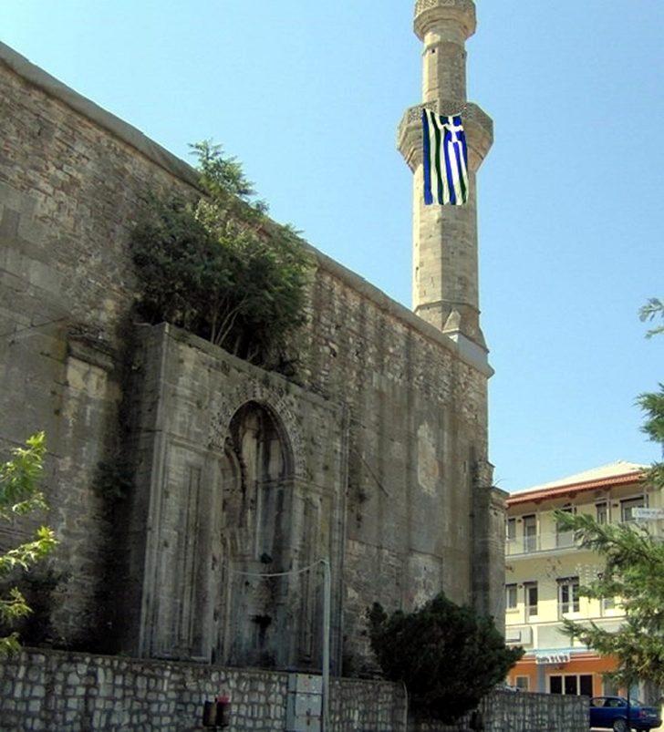 Dimetoka'daki tarihi caminin minaresine Yunan bayrağı astılar