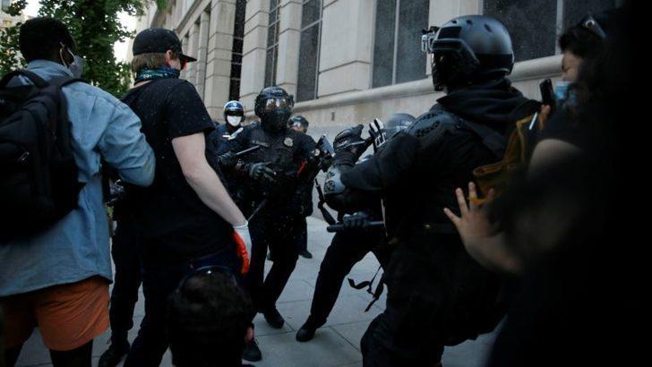 ABD'deki Gösterilerde 4 Polis Memuru Silahla Vurularak Yaralandı