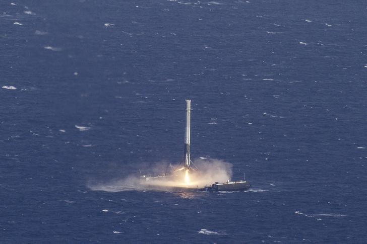 SpaceX'in yeniden kullanılabilir roketi karaya ulaştı