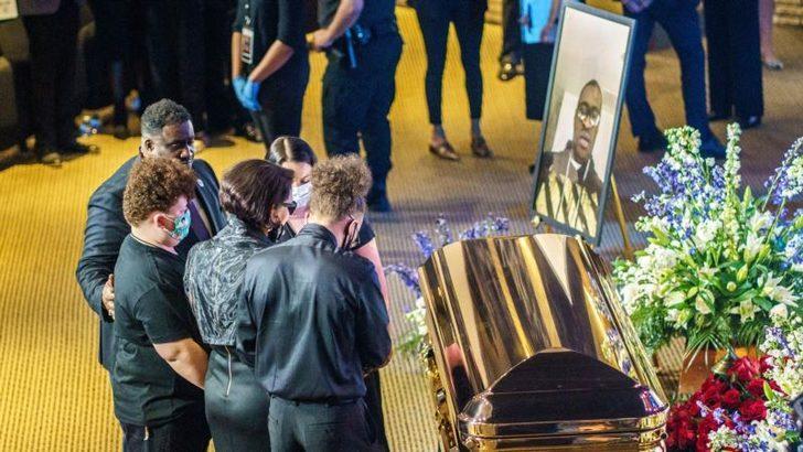 """Floyd İçin Duygusal Anma Töreni: """"Dizinizi Boğazımızdan Çekin"""""""
