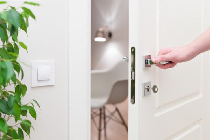 Bu yöntemler beyaz kapılarınızı kar gibi yapıyor! Patates, soğan…
