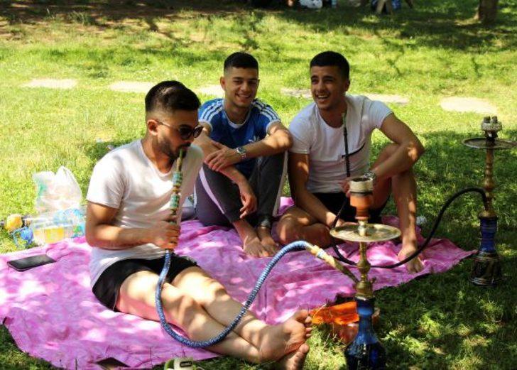 Maçka Parkı'nda yasaksız ilk pazarı nargile içip güneşlenerek geçirdiler