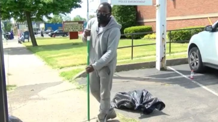 10 saat boyunca mahalleyi temizleyen genç, araba ve bursla ödüllendirildi