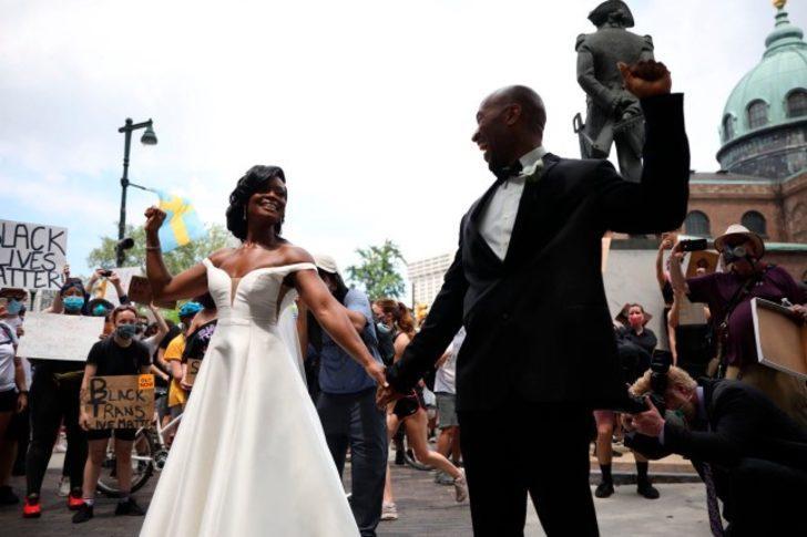 Siyah çift, Philedelphia'daki barışçıl protestolar sırasında evlendi
