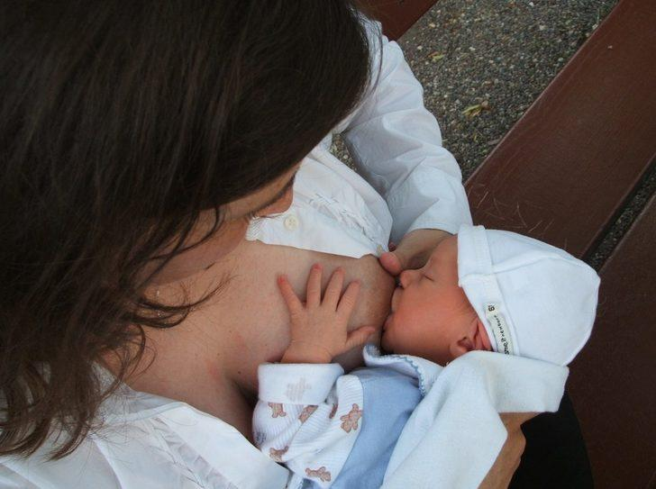 Bebek emzirirken sık sık yapılan hatalar, doğru emzirme yöntemleri