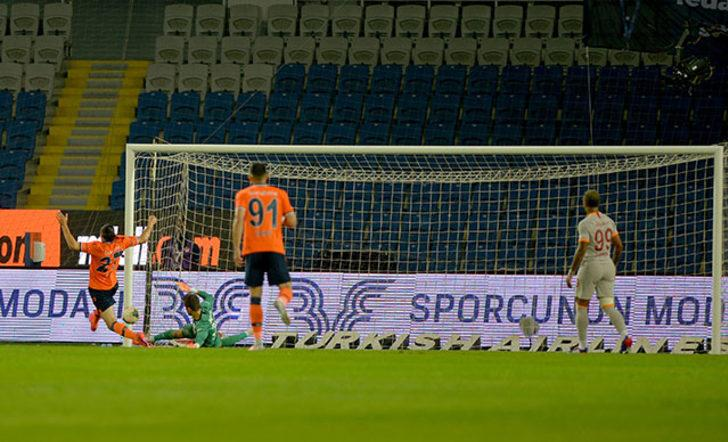 Başakşehir-Galatasaray maçında saha dışından yanıcı madde atıldı