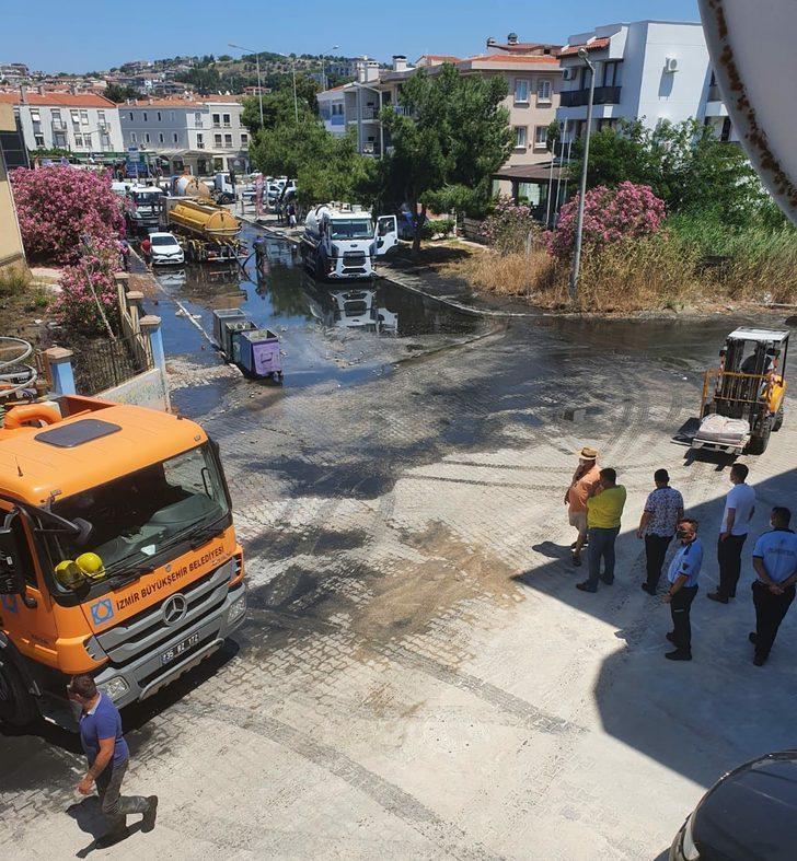 Çeşme'de arıtma tesisinde boru patladı, yol atık suyla doldu