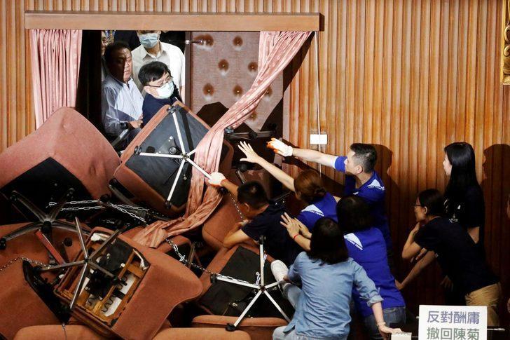 İnanılmaz görüntüler: Tayvan parlamentosu karıştı!
