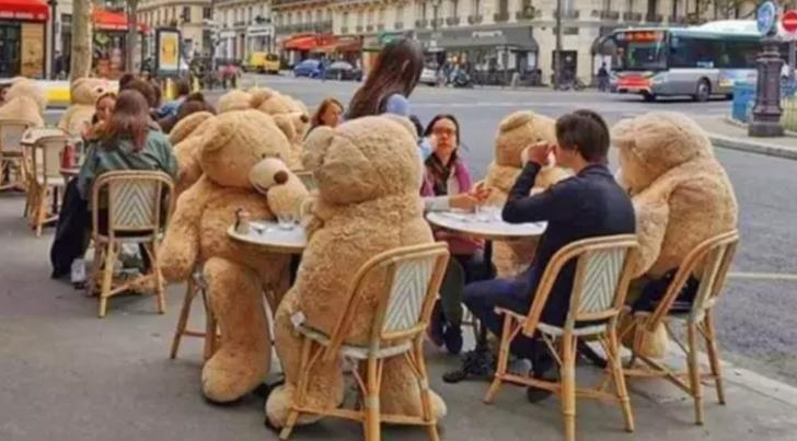 Sosyal mesafe için devasa oyuncak ayılar!
