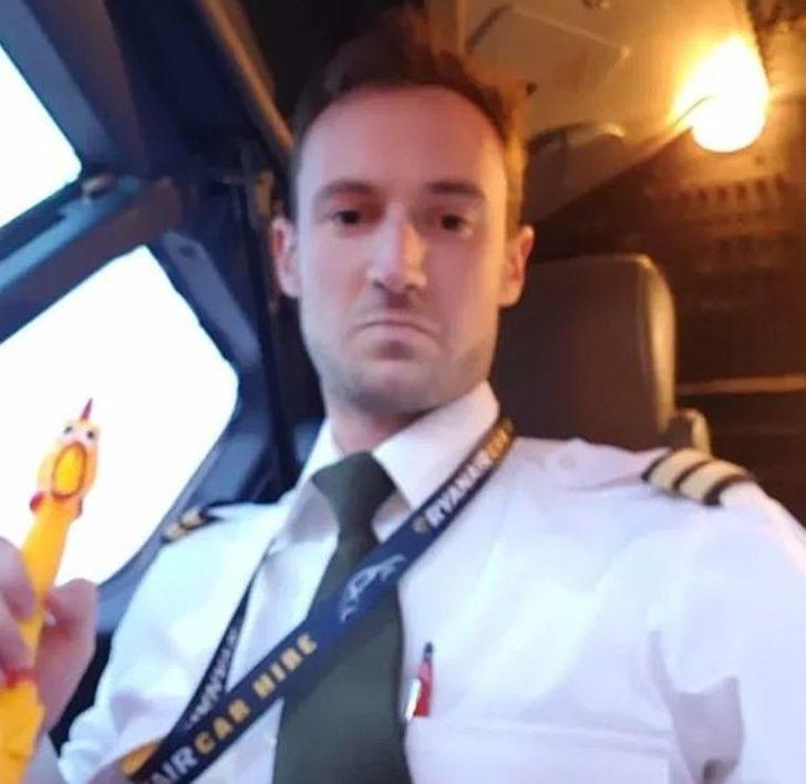 Uçağın gaz kolunu oyuncak tavukla çalıştırdı!