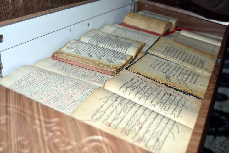 El yazması kitapları yüzyıllardır koruyorlar