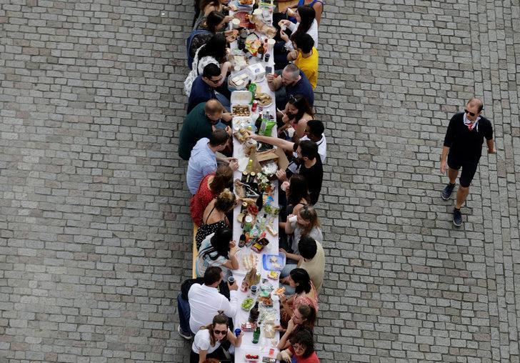 Şehrin ortasına masa kurdular! Koronaya veda partisi