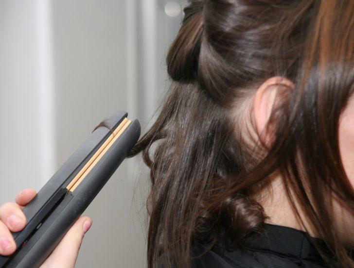 Saç düzleştiricisiyle yapılabilecek farklı ve şık modeller! Ünlü oyuncu da bunları kullanıyor...