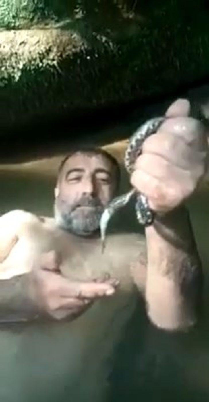 Derede yakaladığı yılanın ağzından balığı böyle aldı