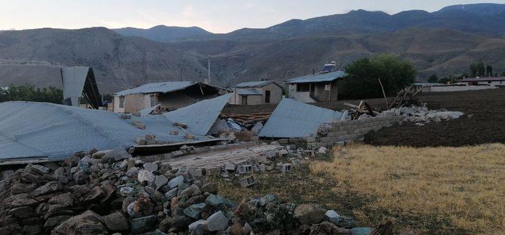 Erzincan'da felaketin eşiğinden dönüldü: 2 ev ve 4 ahır yıkıldı, vatandaşlar canını zor kurtardı
