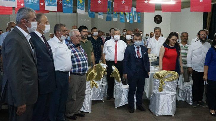 İYİ Parti kongresinde 'sosyal mesafe' hiçe sayıldı